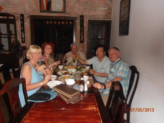Mr Andre Baily avec les amis lors de leur voyageau Vietnam