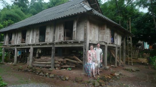 Christine et Christian devant la maison sur pilotis des Muong