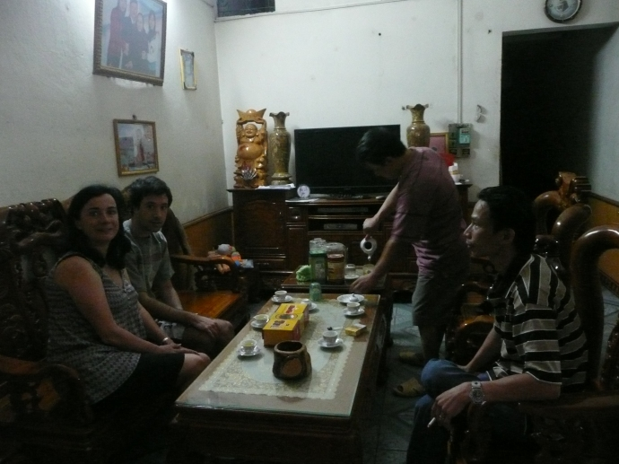 Acceuil avec le the vert dans une famille Vietnamienne en ville de Ha Giang