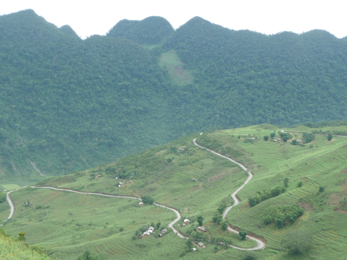 La route serpente de la montagne de Ha Giang