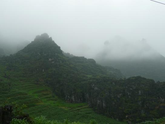 Les montagnes dans la brume
