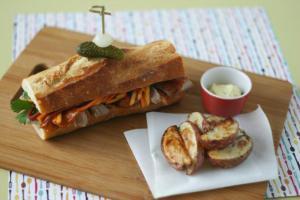 Sandwich au canard laqué, salade de carottes et mangue