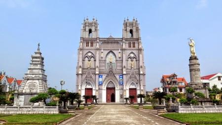 La-basilique-mineure-de-Phu-Nhai