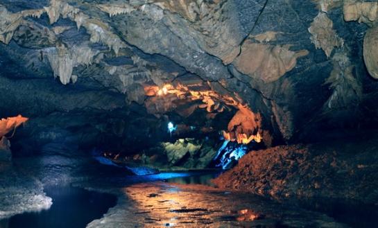 Des stalactites et stalagmites, aux formes variées, donnent toute l'originalité de la grotte Thien Ha