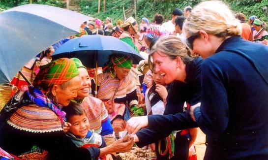 Les habitants locaux sympathiques et aimables sous les yeux des touristes étrangers