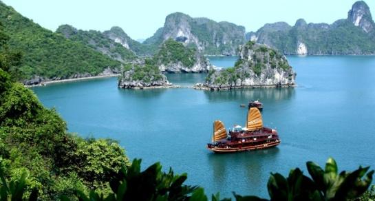 S'imposant sur le billet de 200 000 Dong en polymère est le sommet Dinh Huong en forme d'un brûle-parfum au sein de la mer, un des plus fameux de Ha Long.