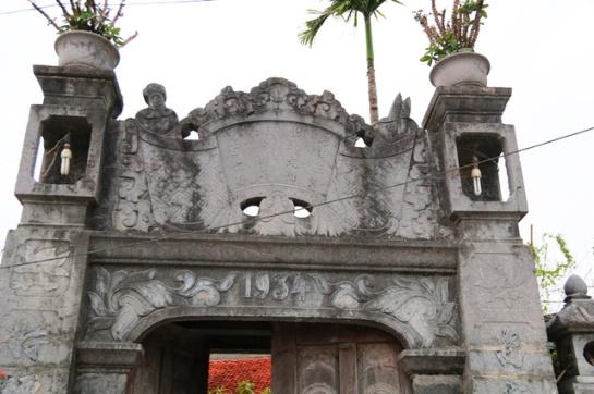 L'entrée de pierre qui a été bâtie en 1934, longtemps après la maison, est remarquable avec des sculptures moussues témoignant les traces du temps