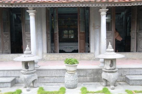 Une maison toute en pierre, représentative  de l'architecture traditionnelle de celles du Nord : trois travées (ba gian) et deux appentis (hai trai)