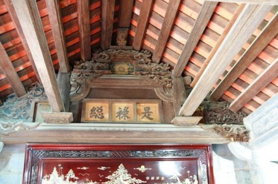 Si les piliers sont tous de pierre, la toiture profite de la lime pour ses détails comme ferme, volige et poutre. La toiture quant à elle, se couvre de la tuile double.
