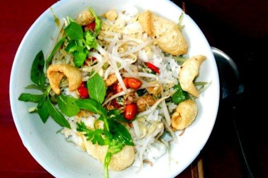 Du riz et des moules, le tout mélangé avec des herbes, de la cacahouète et du piment, ça suffit à éveiller toutes les papilles.