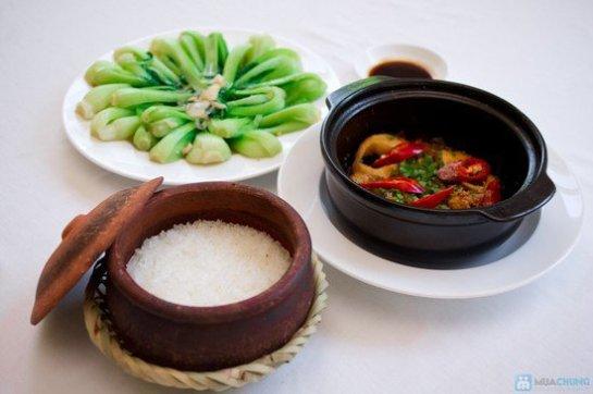 Ce riz se sert idéalement avec des poissons mijotés au poivre à la vietnamienne et des légumes.