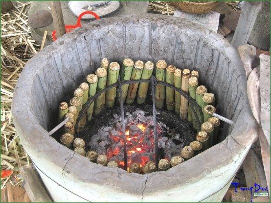 Le meilleur « com lam » se fait chez les Thai, Tay, Nung, Mong, Muong et Dao. Il est prêt à table lorsque son parfum se sent
