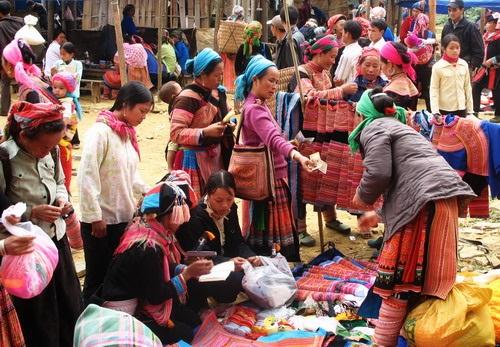 Le marché hebdomadaire, un des beaux traits de la culture traditionnelle de l'ethnie Mông à Hà Giang
