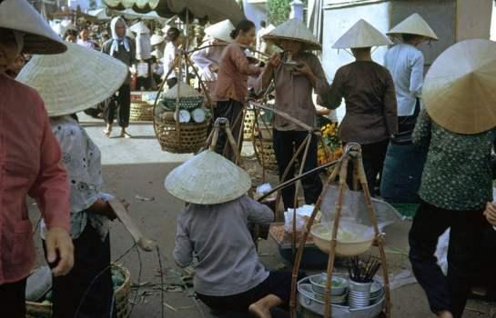 palanche et femmes vietnamiennes au marche.jpg