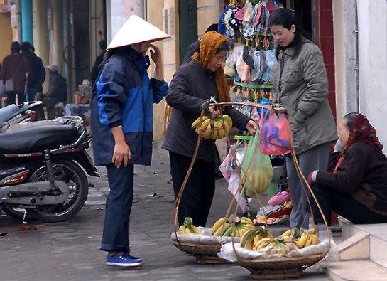 palanche et femmes vietnamiennes choix cadeau.JPG