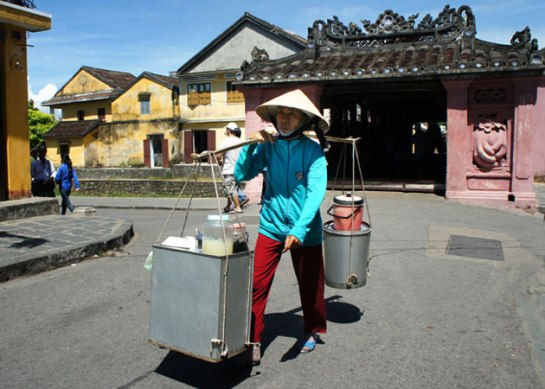 palanche et femmes vietnamiennes hoi an.jpg