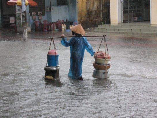 palanche et femmes vietnamiennes pluies.jpg